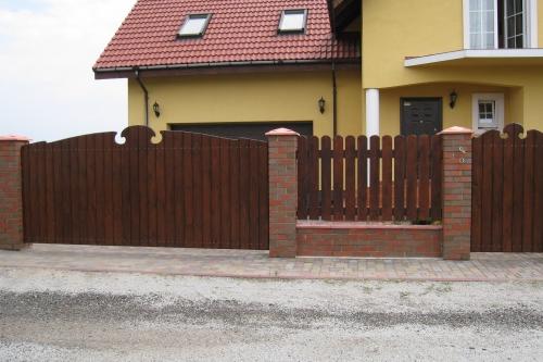 Примеры отделки деревянных оград и заборов