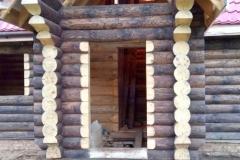 Бревенчатый дом после покраски