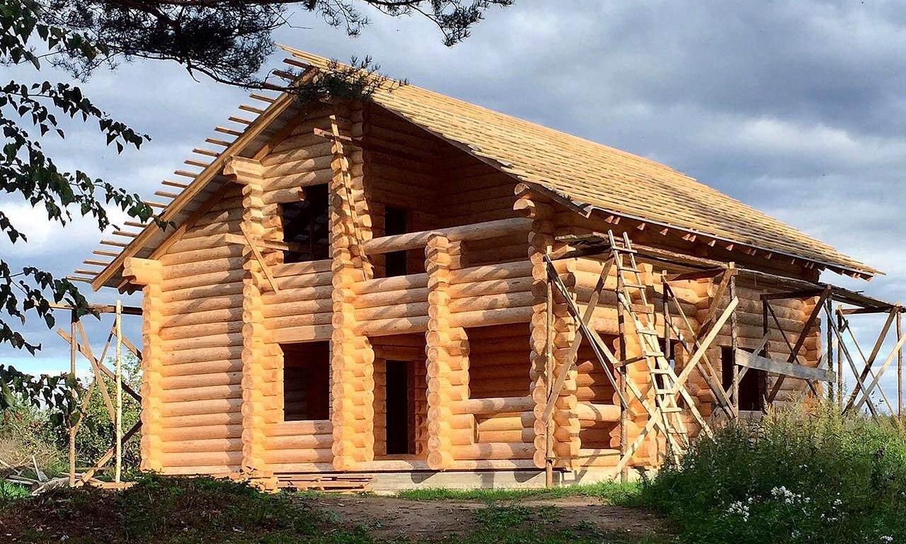 Бревенчатый дом ручной рубки в Великих Луках